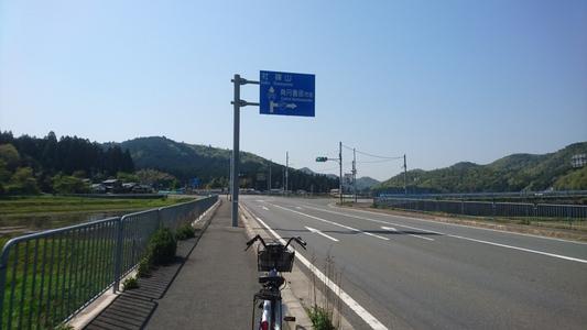 国道372号線を直進で社・篠山方面、右折すれば国道477号線で南丹園部市街へ