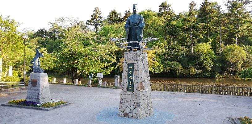 明智光秀公 銅像(亀岡市の南郷公園内~バックは南郷池)